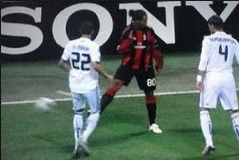 ロナウジーニョの「ノールックパス」。ワールドカップで活躍できなかったときは、「ちゃんと見てパスしろ!」とファンにやじられた(^^;