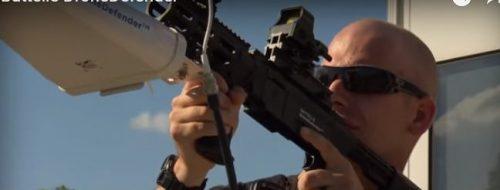 ドローンに狙いを定め電波妨害して撃退するアンチドローンライフル銃「Dronebuster」